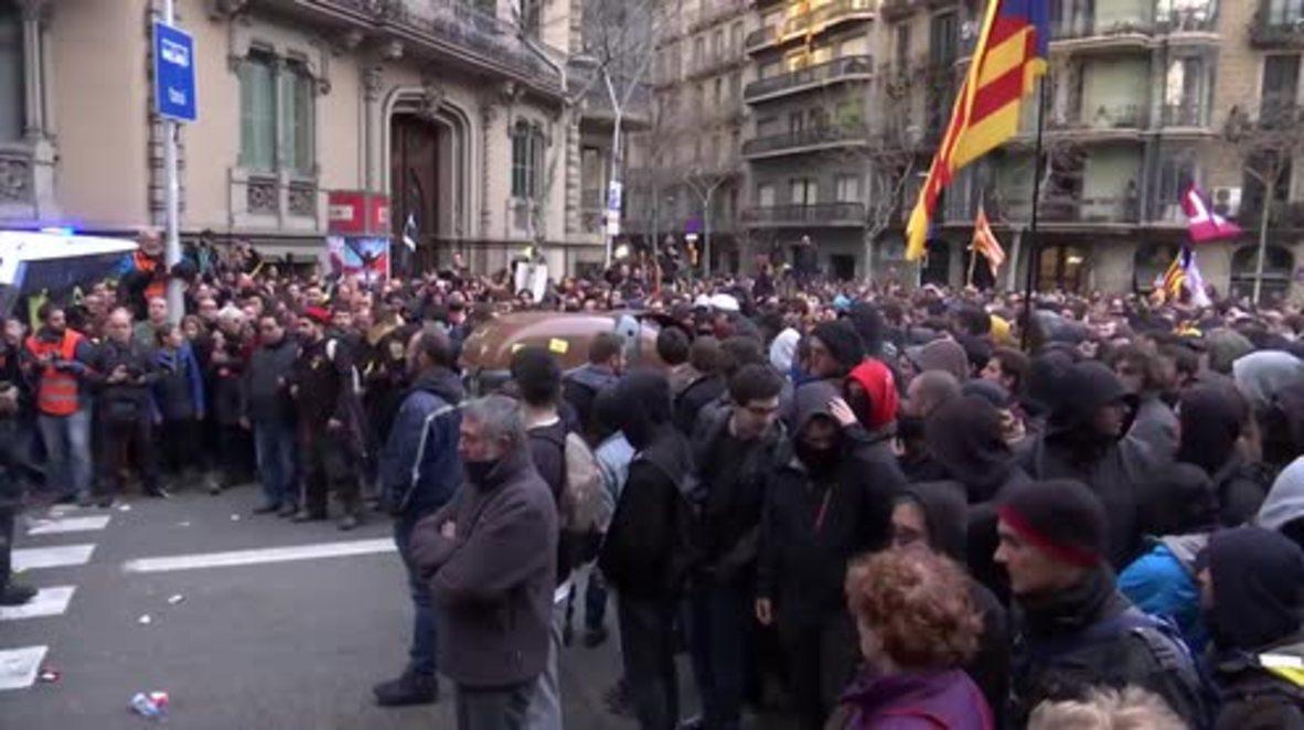España: Manifestantes y policías se enfrentan en una multitudinaria manifestación tras la detención de Puigdemont