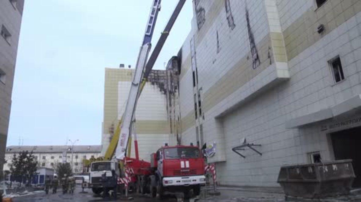 Rusia: Trabajadores de EMERCOM retiran los escombros en busca de supervivientes en el centro comercial de Kemerovo
