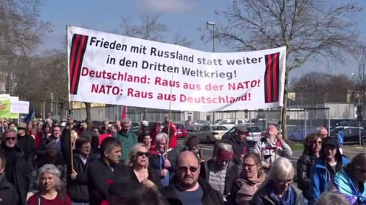 Alemania: '¡Fuera de la OTAN!' - Cientos de personas piden el desarme global durante la Marcha de Pascua de Frankfurt