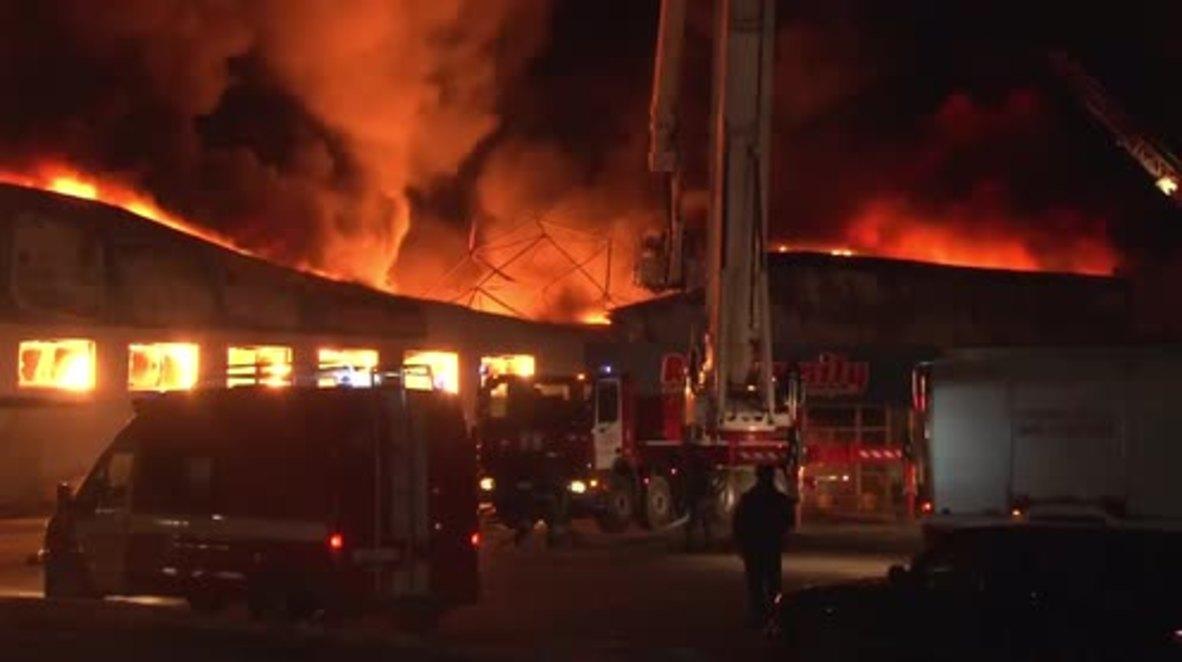 Rusia: Los bomberos se enfrentan al enorme incendio de una tienda de juguetes