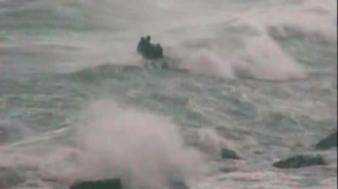 España: Un agente de policía arriesga su vida para salvar a una inmigrante que se ahogaba en el Mediterráneo