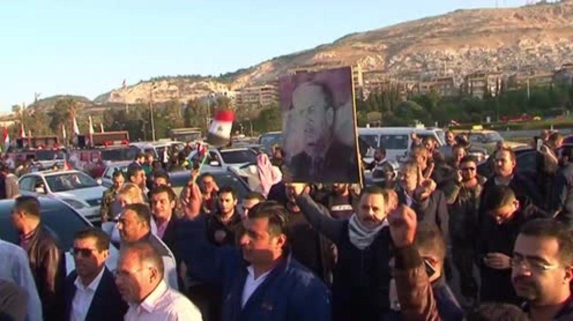 """Siria: """"¡Larga vida a Assad!"""" - Manifestantes condenan los ataques aéreos estadounidenses en Damasco"""