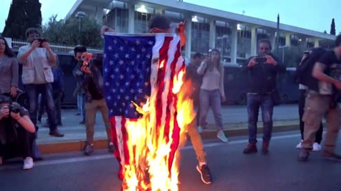 Grecia: Activistas queman banderas estadounidenses frente a la embajada para protestar por los bombardeos en Siria