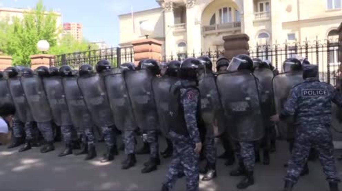 Armenia: Miles de personas protestan contra la elección del expresidente Sargsyan como primer ministro