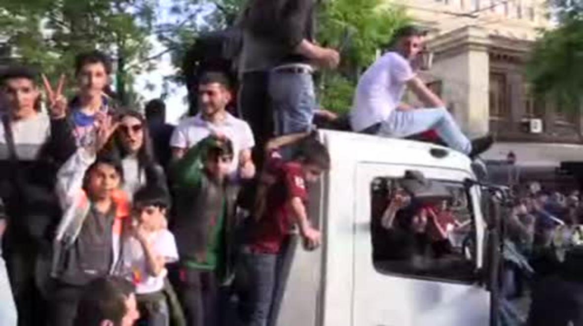 Armenia: Miles de personas salen a las calles tras la dimisión del primer ministro