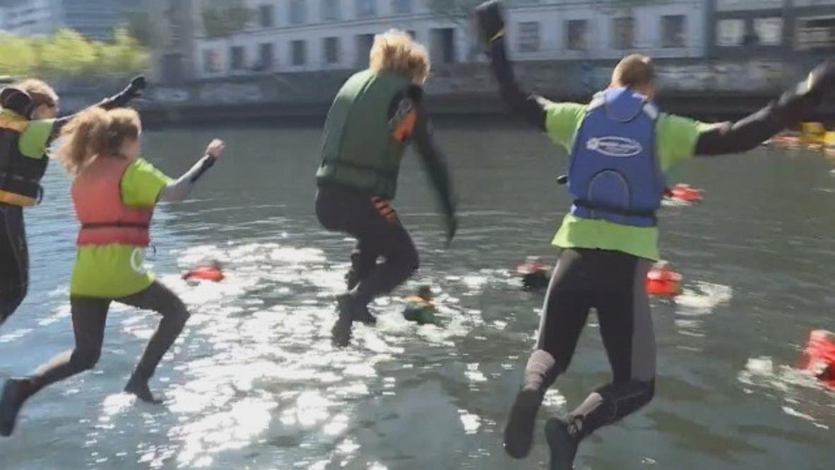 Alemania: Activistas de Greenpeace se sumergen en el río Spree para protestar contra la extracción de carbón