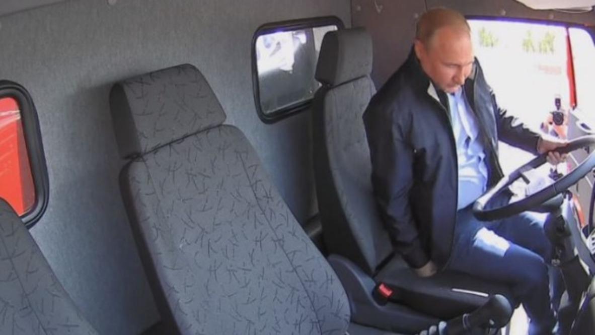 """Rusia: """"¡Vamos!"""" - Putin encabeza un convoy de camiones en la inauguración del puente de Crimea"""