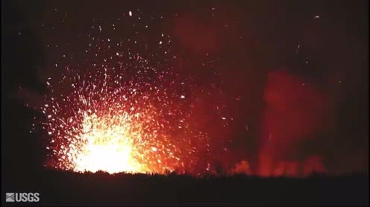 USA: Hawaii volcano spits fire following eruption