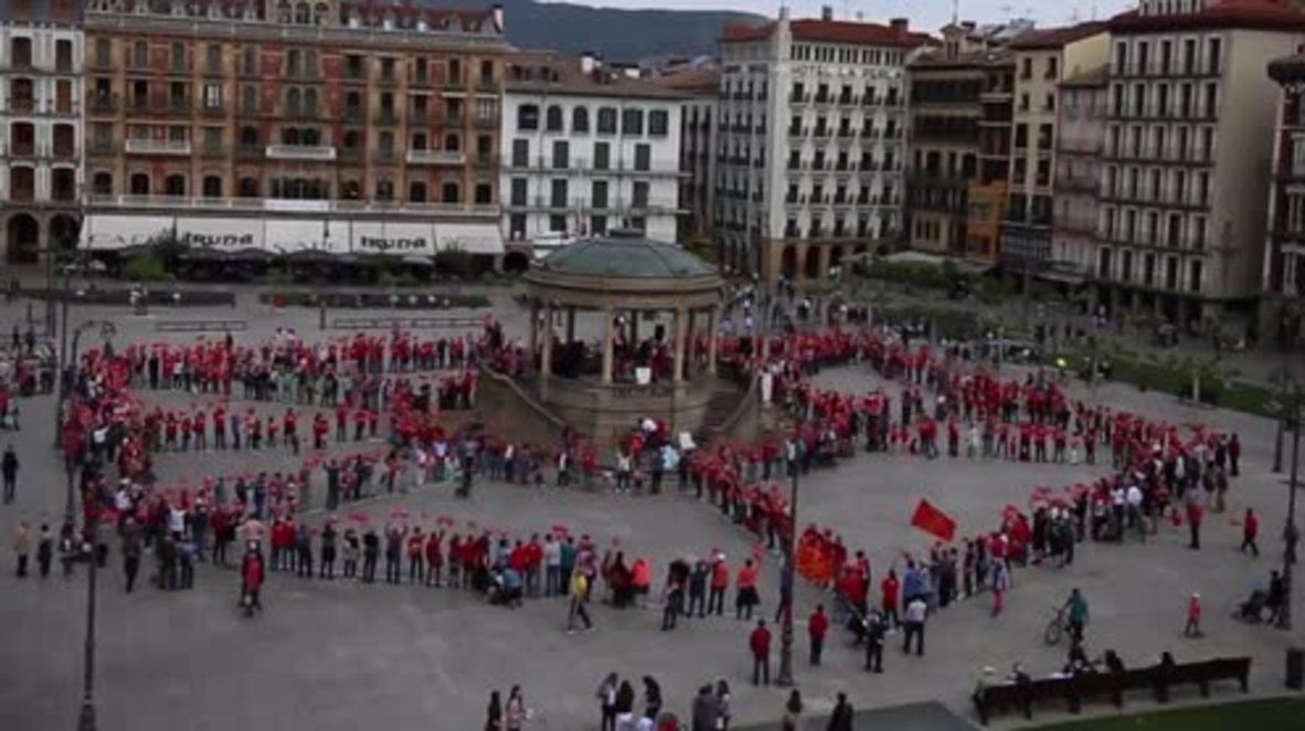 España: Partidarios de la independencia vasca construyen un mosaico popular con la imagen del escudo de Navarra