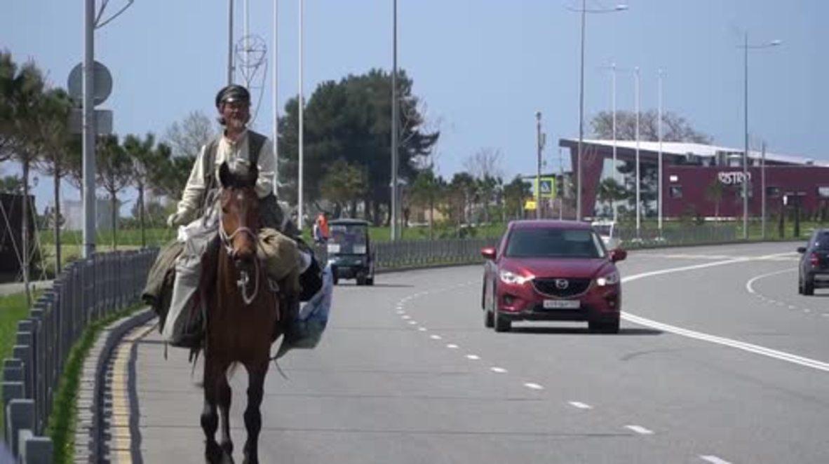 Una forma única de viajar: Un nómada viaja a caballo por las ciudades anfitrionas del Mundial 2018