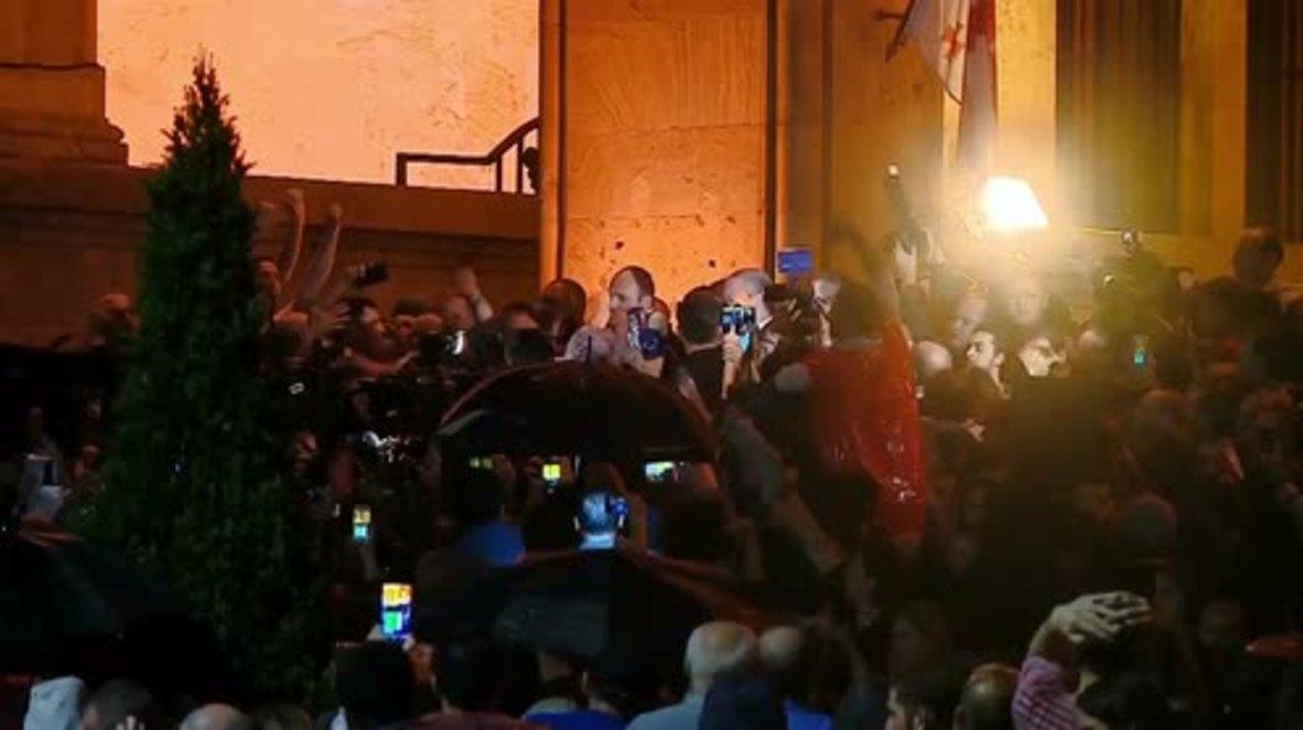 Georgia: PM Kvirikashvili attacked while addressing protesters