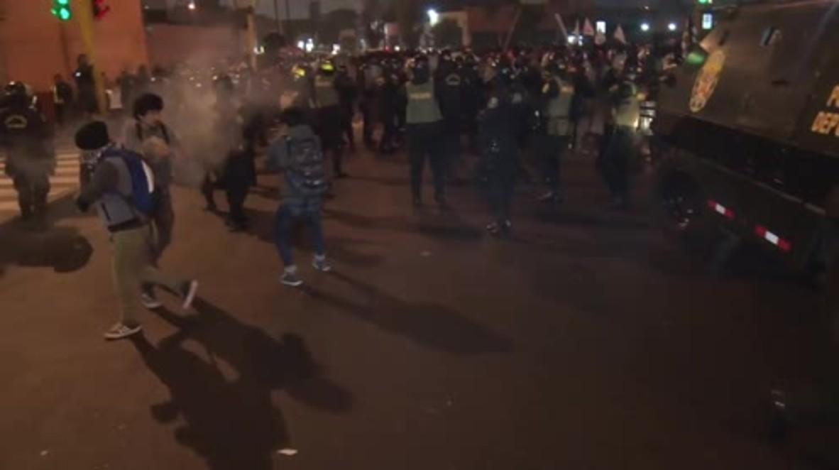 Perú: La policía usa gases lacrimógenos contra los manifestantes que protestan contra la corrupción,
