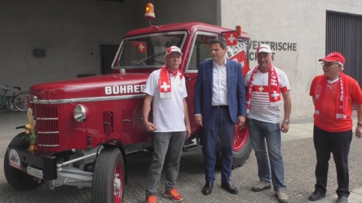 Alemania: Un grupo de aficionados del fútbol suizo se dirige al Mundial viajando en tractor