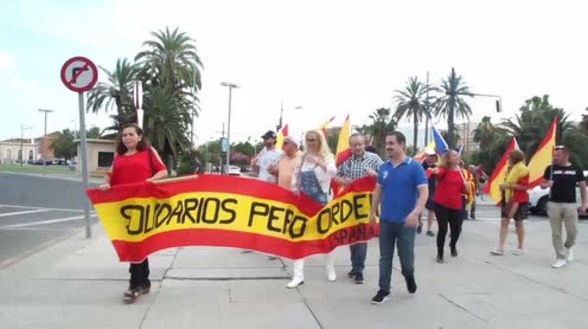 España: Manifestantes de extrema derecha protestan contra los inmigrantes en el puerto de Valencia