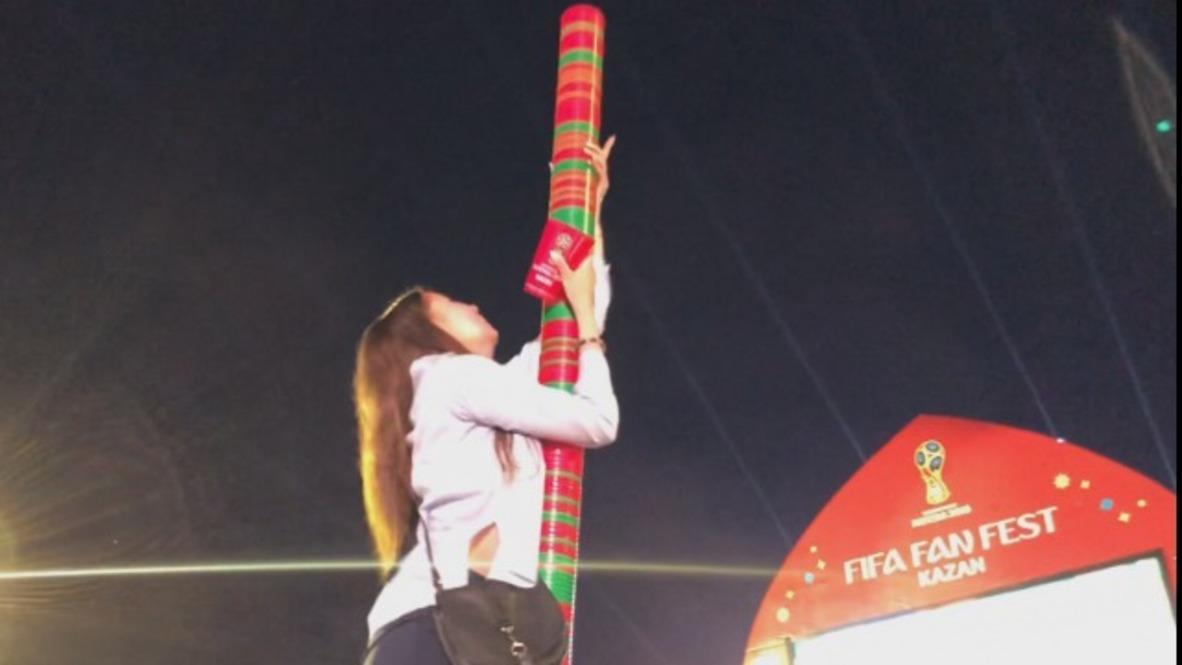 Rusia: ¿La torre de Babel? Aficionados al fútbol de todo el mundo se unen para levantar una inmensa torre de vasos en el Fan Zone de Kazán