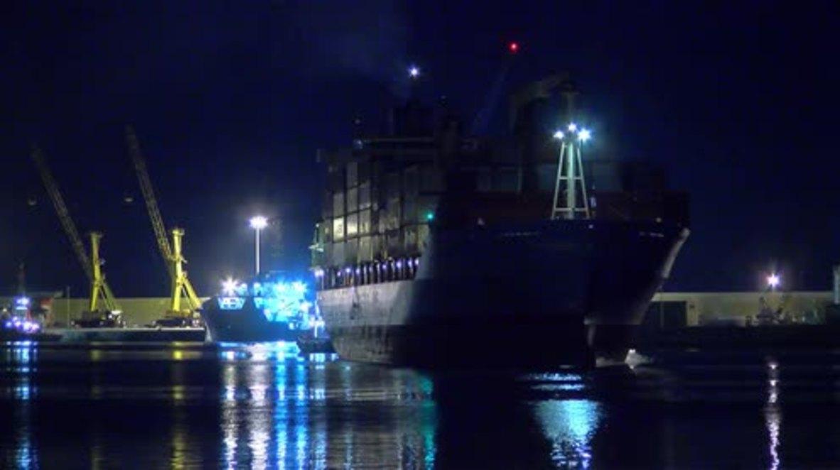 Italia: Los refugiados rescatados por el carguero danés finalmente logran llegar a tierra en Sicilia