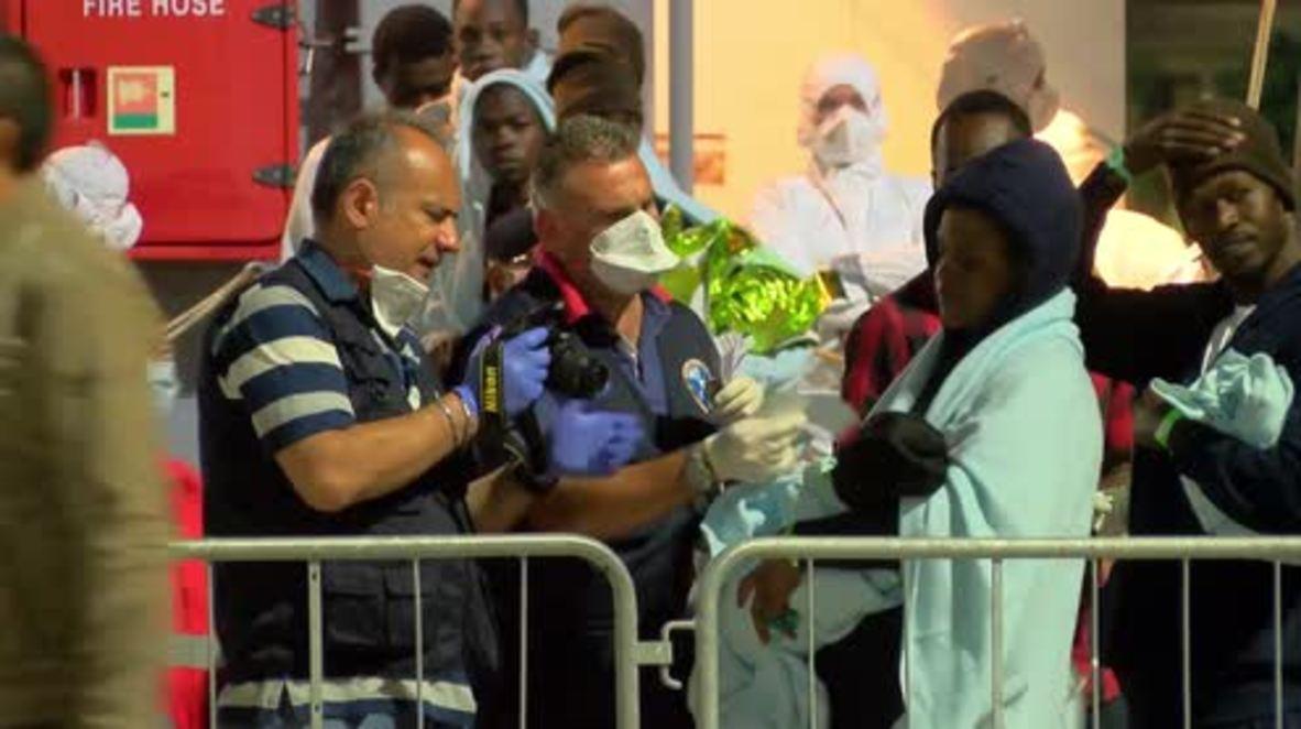 Italia: 106 migrantes llegan a Messina en barco