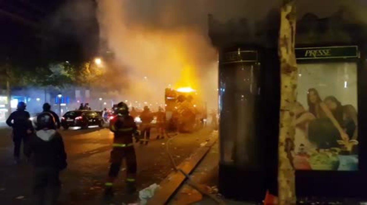 Francia: Un quiosco de prensa arde en París durante las violentas celebraciones tras la victoria en el Mundial