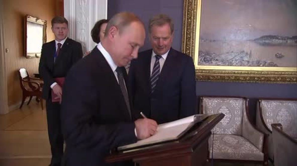 Finlandia: Putin firma en el libro de invitados de honor antes de su reunión con Donald Trump