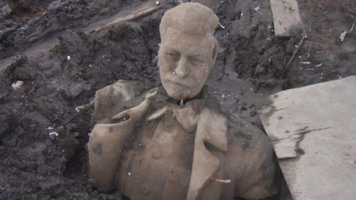 Rusia: Descubren el torso de una estatua de Stalin en un estanque de la región de Cheliábinsk