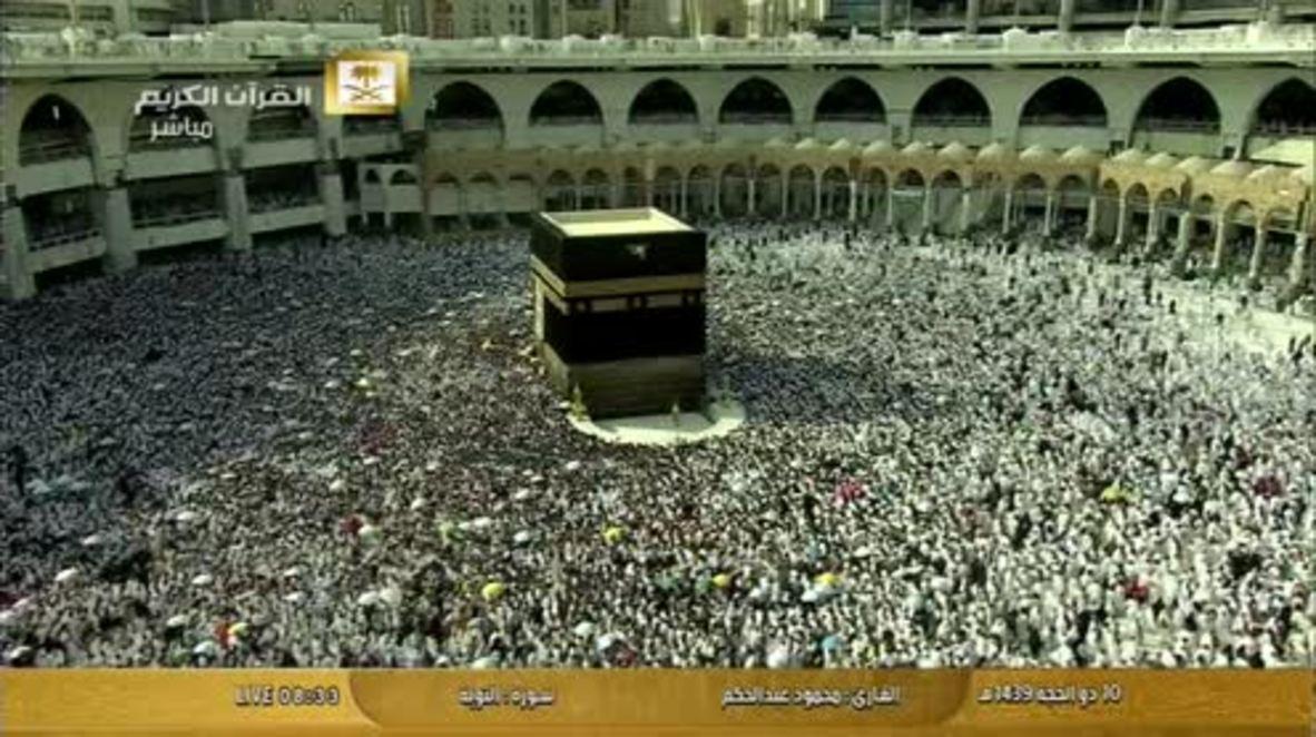 Saudi Arabia: Thousands of Muslims walk around the Kaaba in Mecca