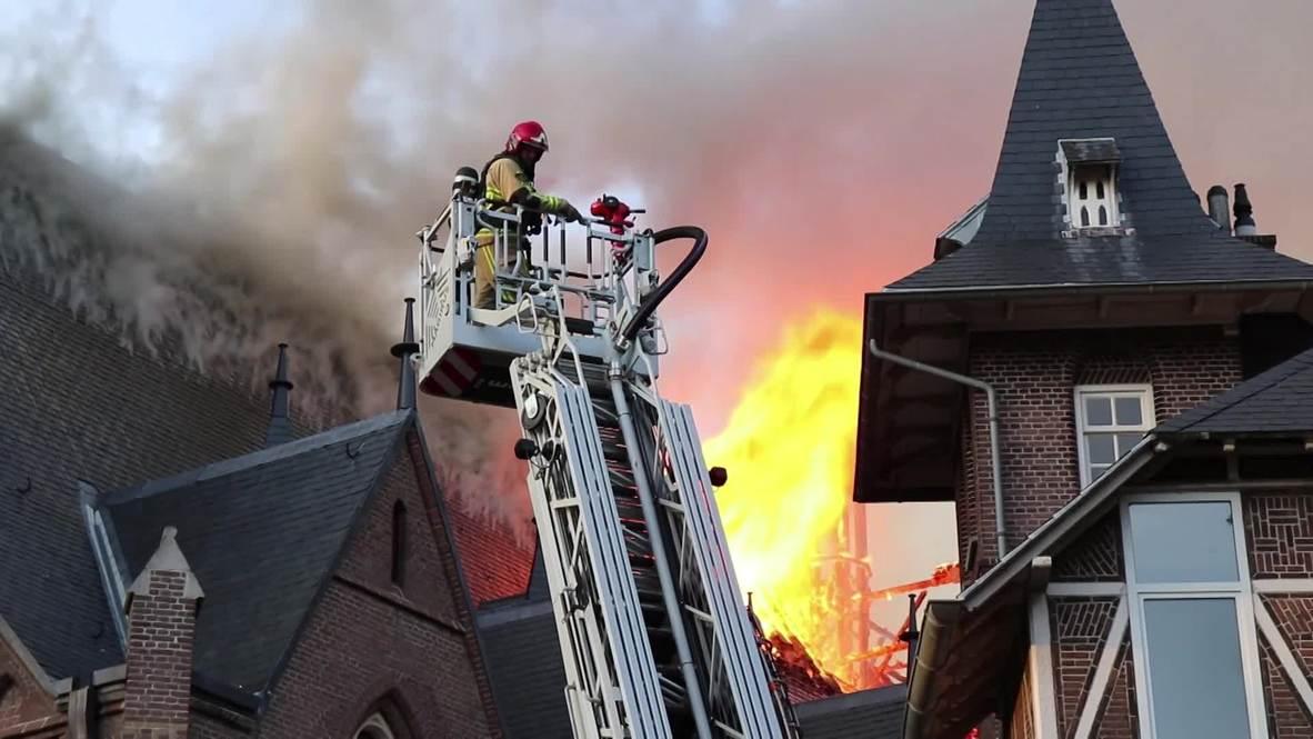 Países Bajos: Columnas de humo se elevan desde una iglesia en llamas