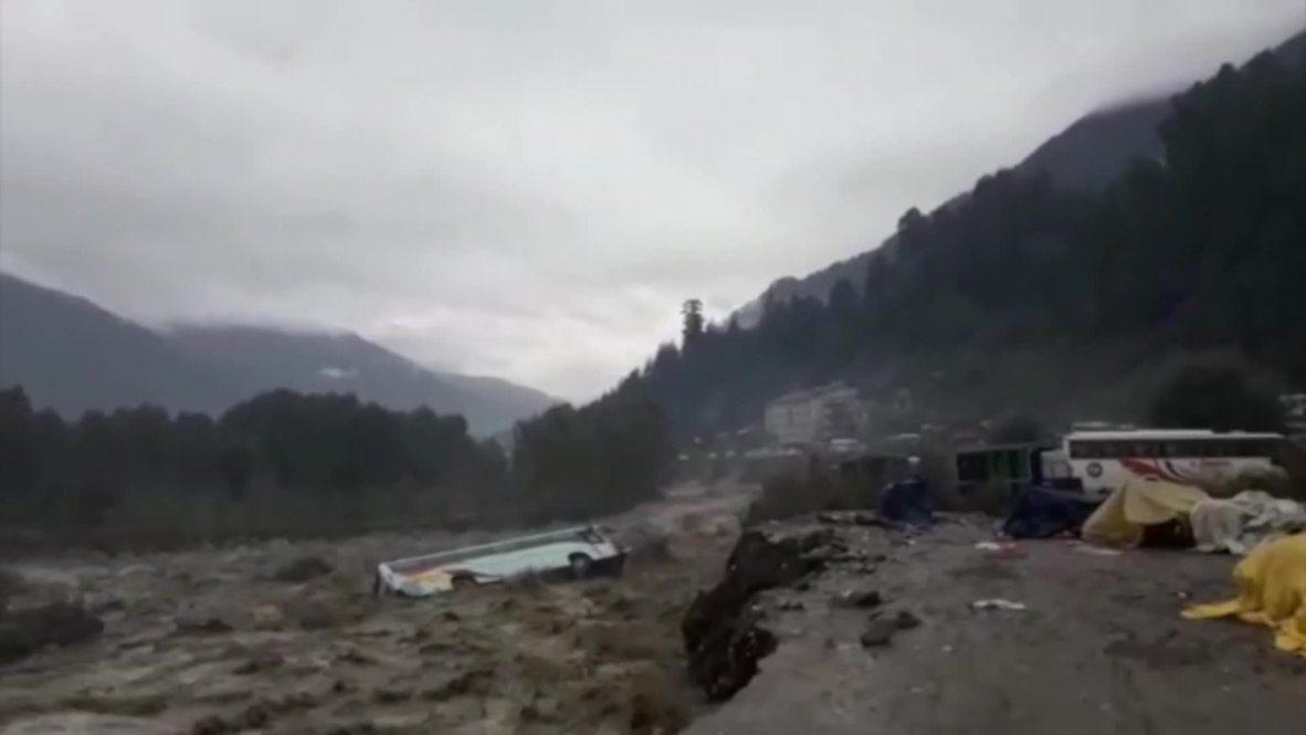 India: Las inundaciones arrastran un autobús y otros vehículos mientras continúan las lluvias torrenciales en la India