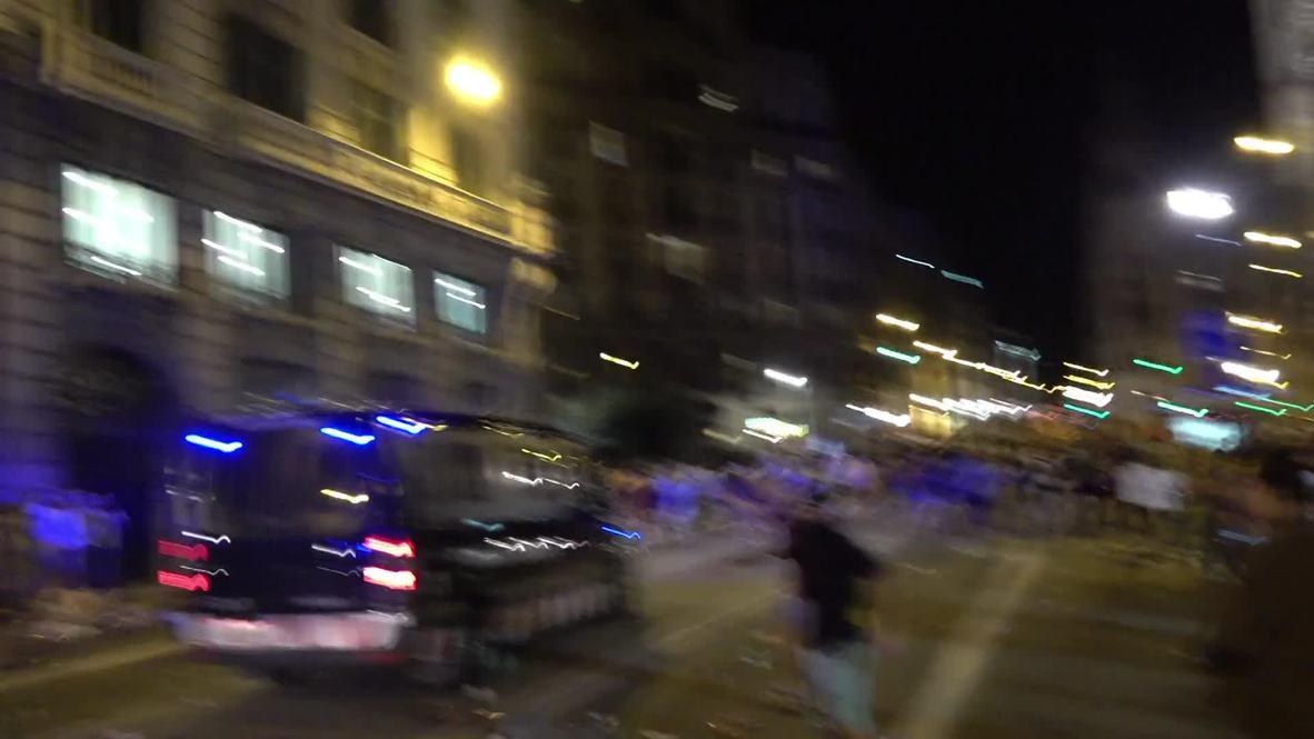 España: La policía antidisturbios carga contra los activistas independentistas en el aniversario del referéndum catalán