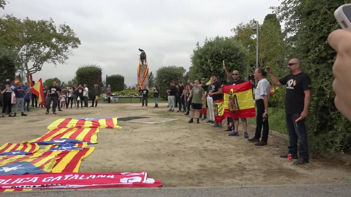 España: Manifestantes fascistas queman banderas catalanas en Barcelona