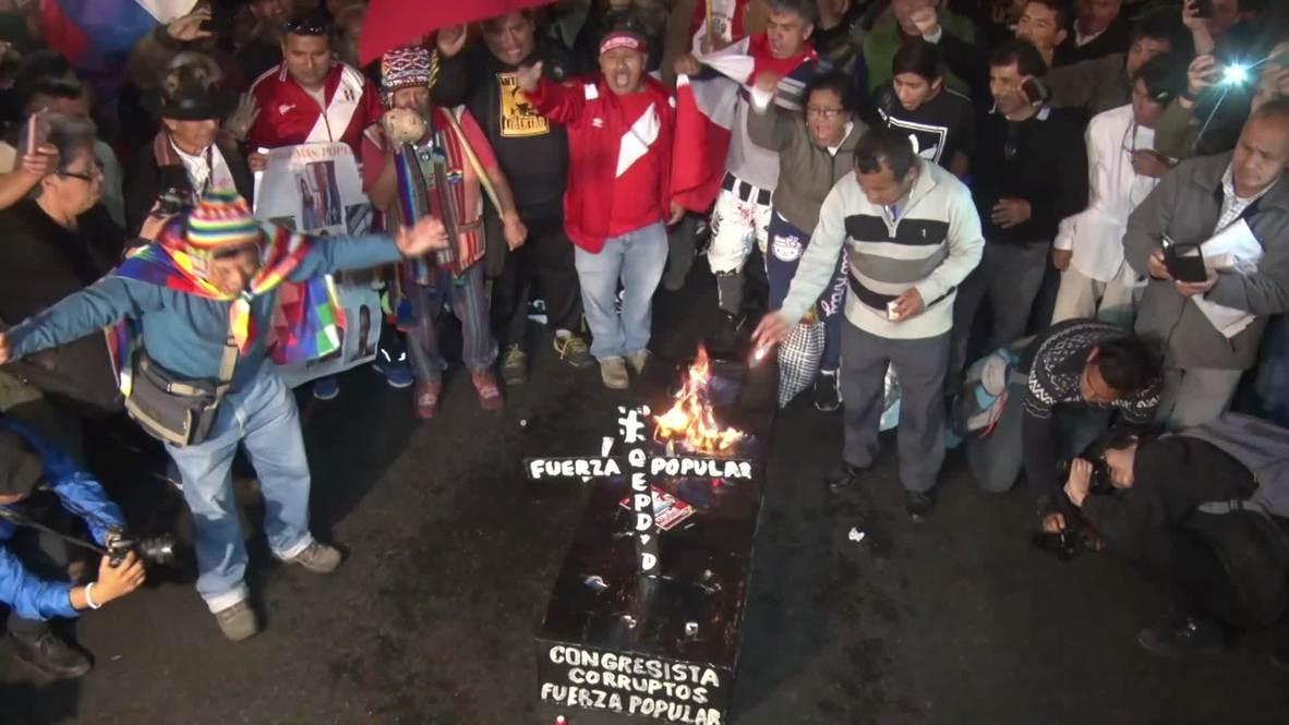 Perú: La policía utiliza gases lacrimógenos contra los manifestantes que protestaban contra el clan Fujimori