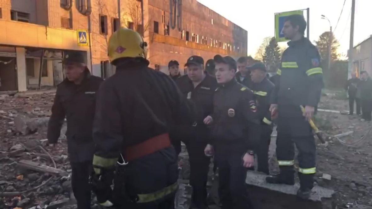 Rusia: EMERCOM busca entre los escombros tras la explosión de una fábrica de fuegos artificiales en la región de Leningrado