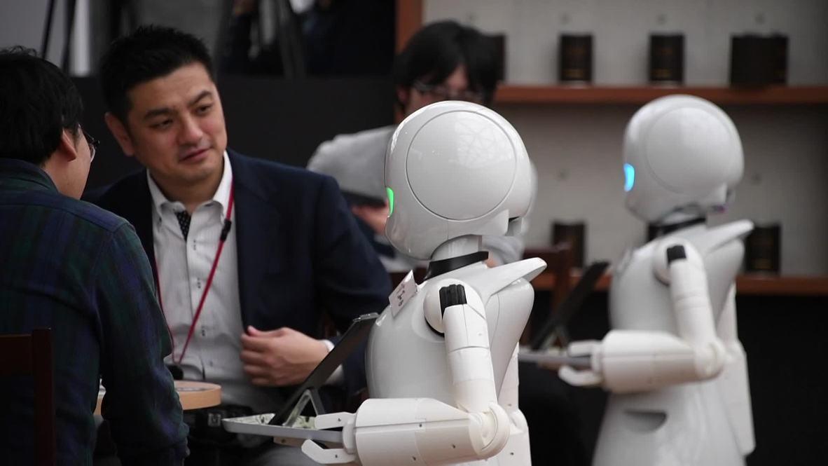 Estos camareros robóticos controlados a distancia por personas con discapacidad están abriendo un universo de oportunidades en esta nueva cafetería en Tokio.