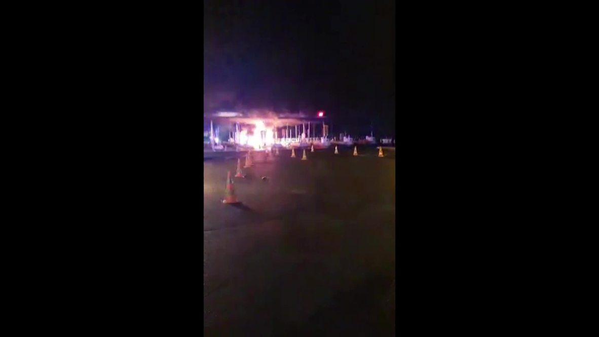 Francia: Los 'chalecos amarillos' incendian varias cabinas de peaje