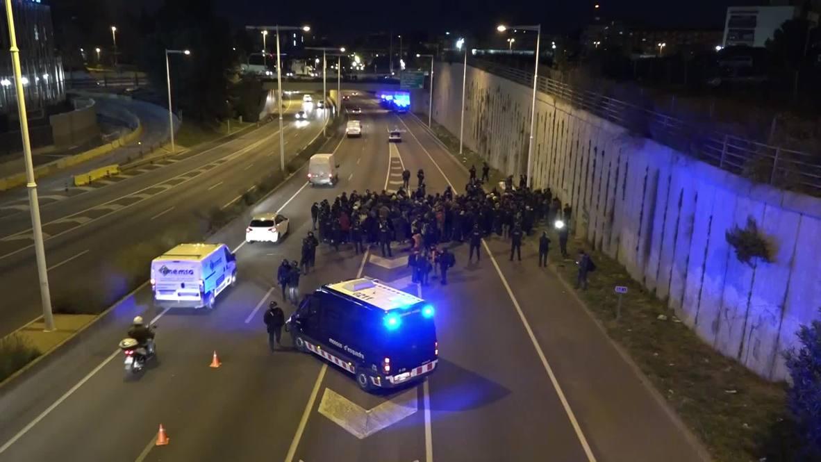 España: Cortes de carreteras en Barcelona en protesta por la celebración del Consejo de Ministros