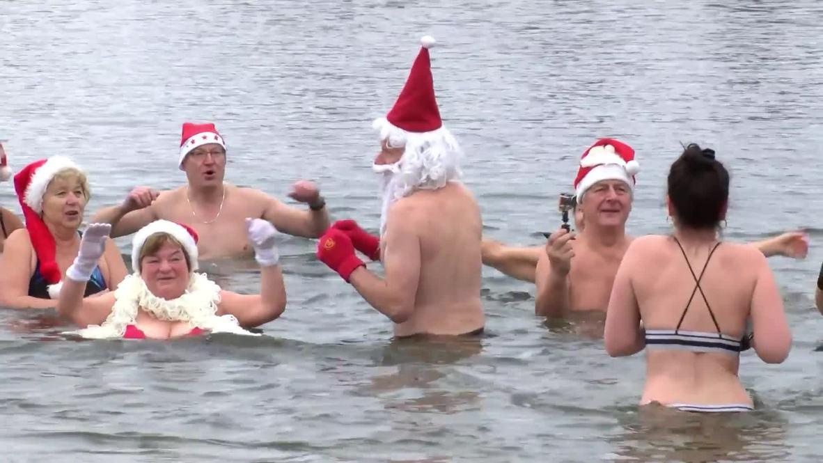 Nadadores vestidos de Papá Noel se dan un chapuzón en Berlín