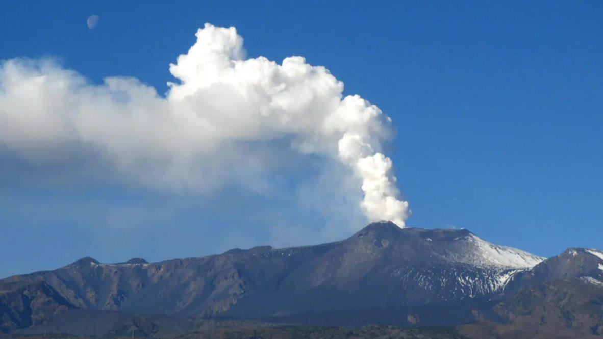 Italia: El monte Etna arroja ceniza tras terremoto *TIMELAPSE*