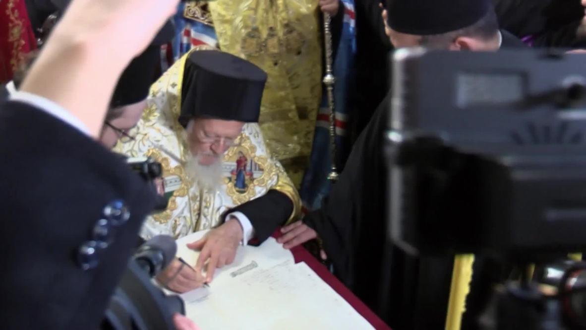 Turkey: Patriarch Bartholomew signs Ukrainian church independence decree in Istanbul