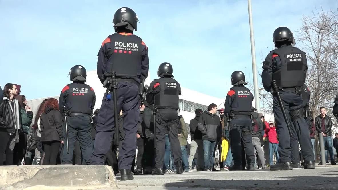 España: Activistas antifascistas y simpatizantes de Vox se enfrentan durante una protesta en Barcelona