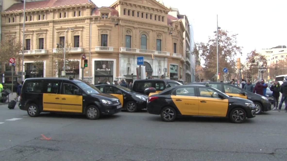 España: Taxistas bloquean el centro de Barcelona contra el decreto sobre Uber y Cabify