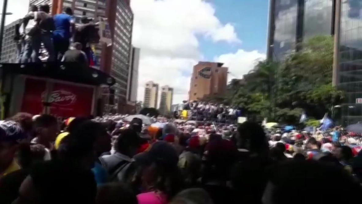 Venezuela: Manifestantes antigubernamentales protestan en las calles de Caracas