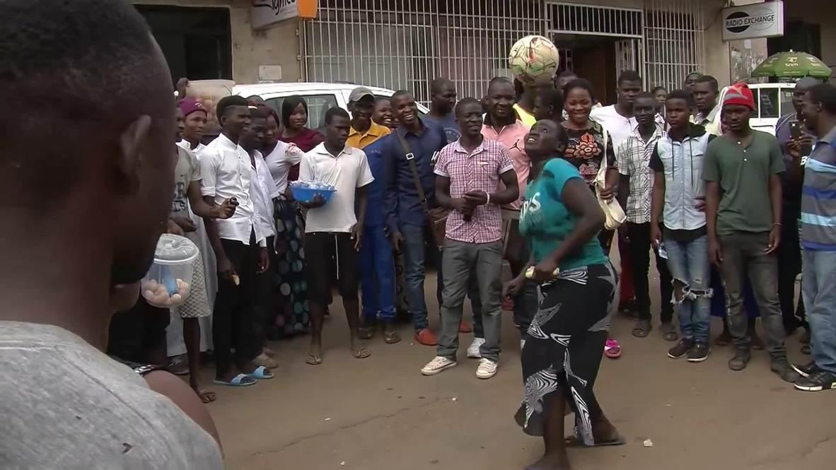 La reina del balón atrae a multitudes en África para mantener a su familia