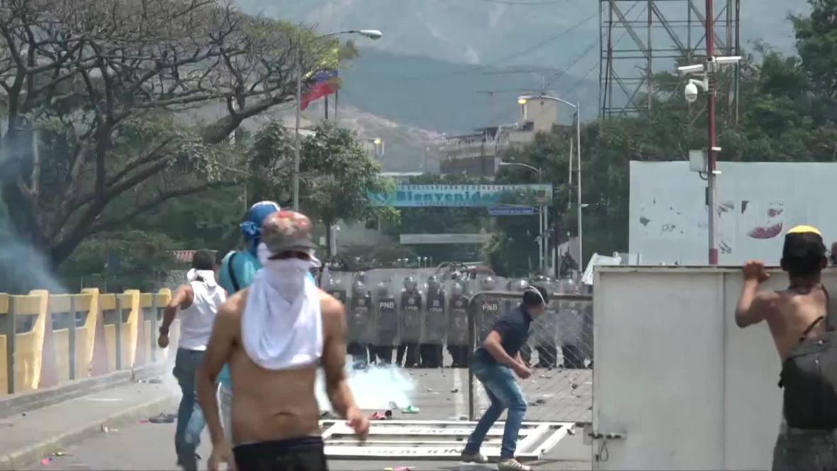 Colombia: Demonstrators clash with Venezuelan police on border bridge