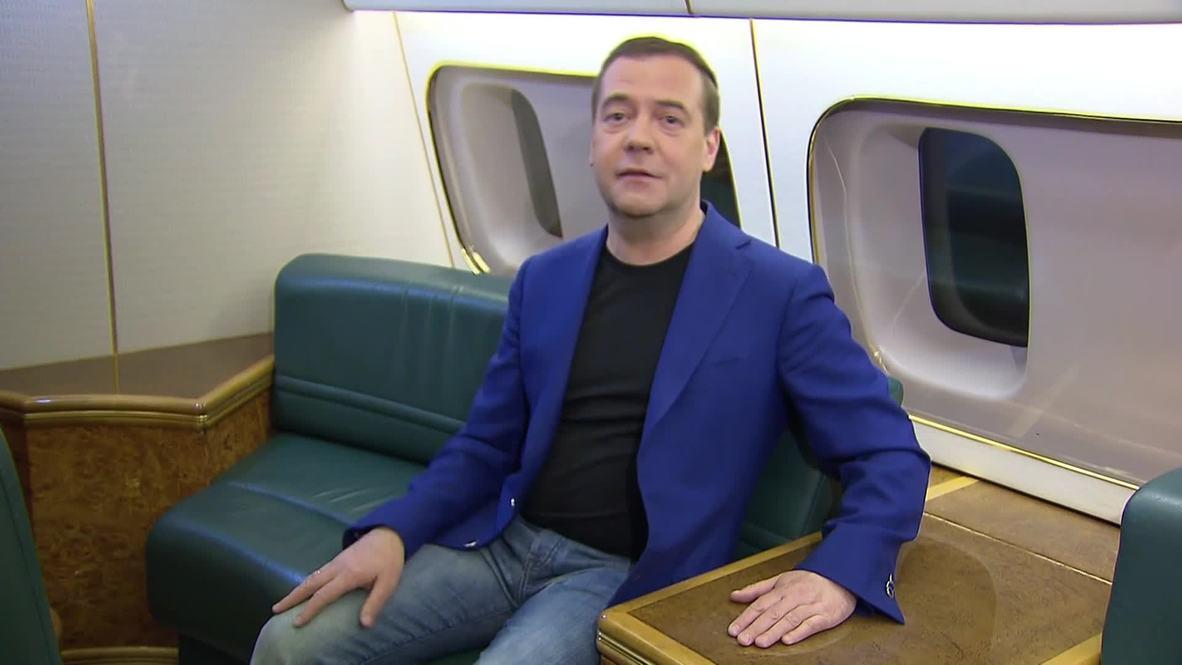 Россия: Сердечно поздравляем - Медведев обратился к женщинам с борта самолёта