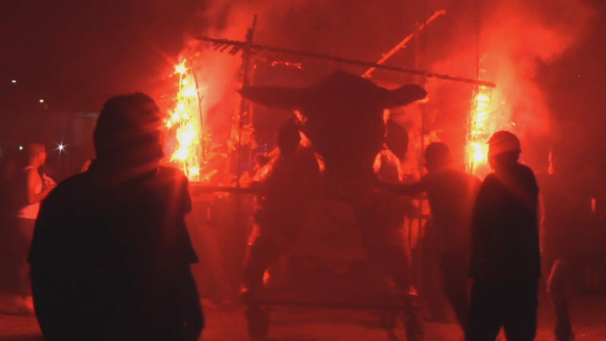 Toritos pirotécnicos desfilan en esta fiesta de fuego y riesgo mexicana