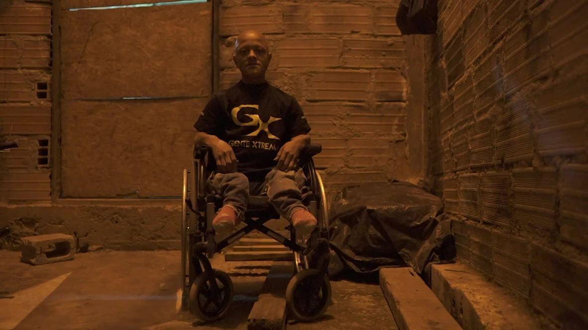 """¡El """"Fast and Furious"""" colombiano conduce una silla de ruedas!"""