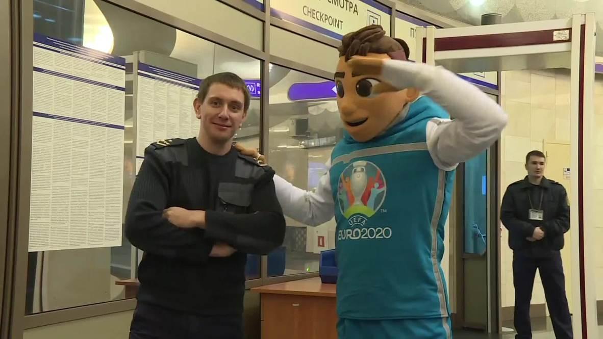 Россия: Талисман Евро-2020 спустился в Петербургское метро и посетил музей Фаберже
