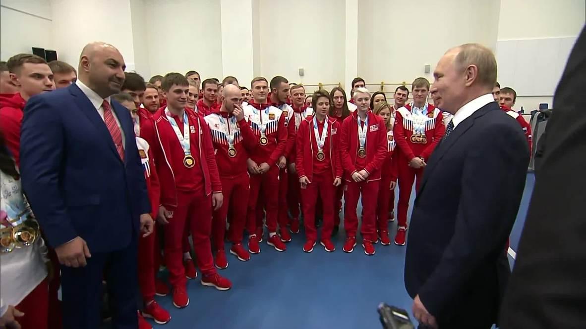 """Россия: """"Подвинься - такой здоровый!"""" - Путин подвинул сотрудника охраны"""