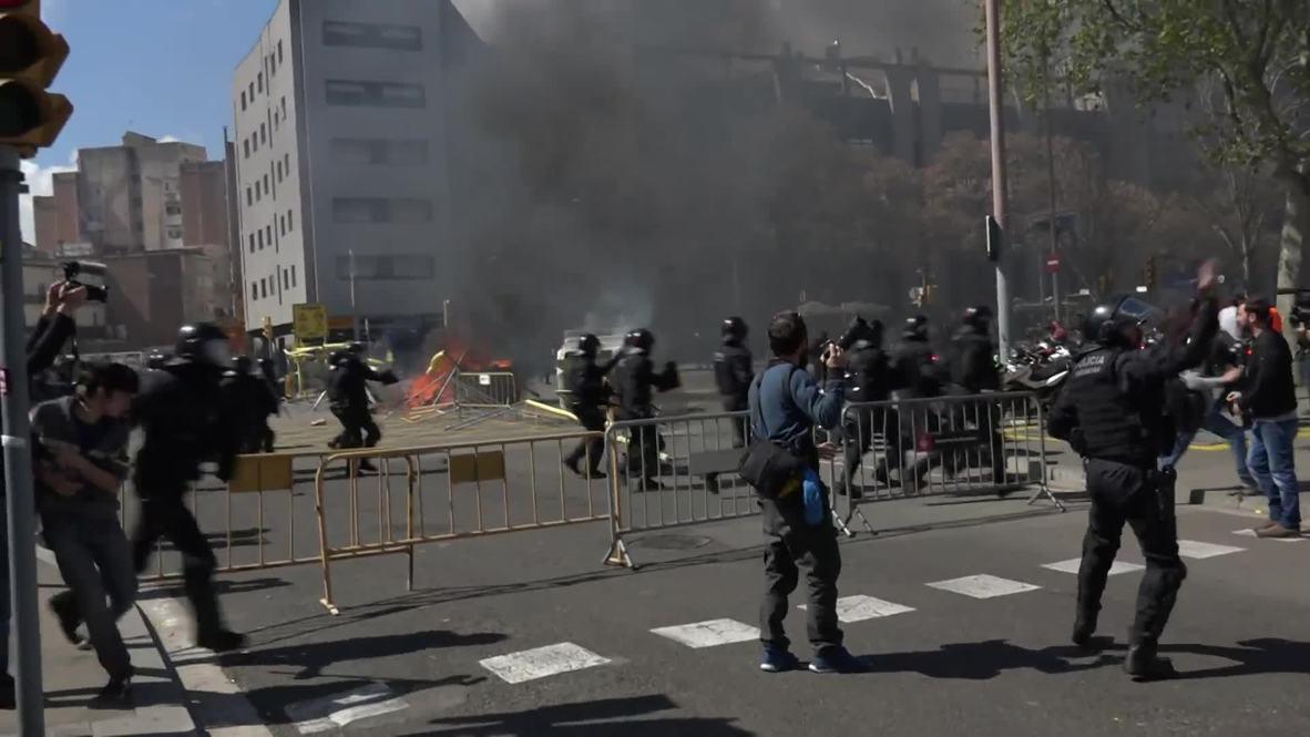 España: Manifestantes antifascistas protestan contra el mitin de Vox en Barcelona