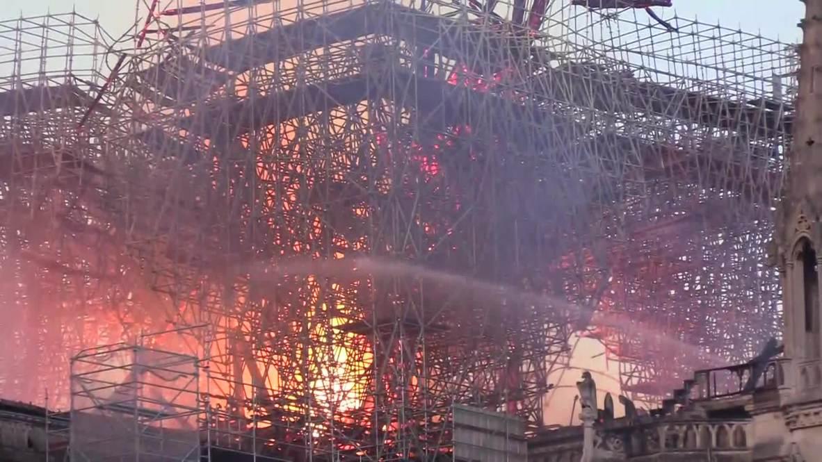 Francia: Los bomberos luchan contra el fuego que consume la Catedral Notre Dame
