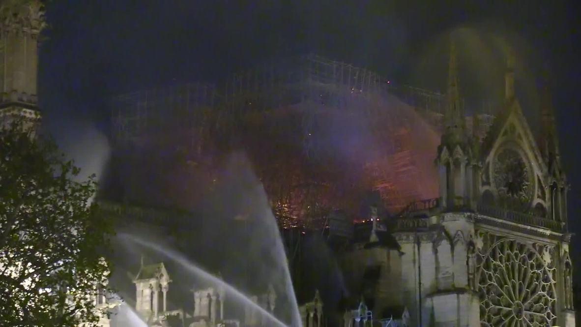 Francia: Residentes locales cantan himnos fuera de Notre Dame mientras los bomberos siguen luchando contra el fuego
